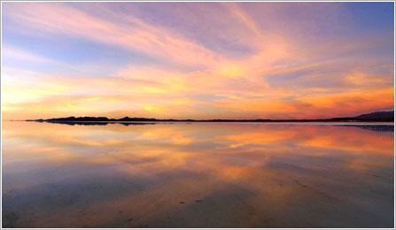 雨季のウユニ塩湖(イメージ)