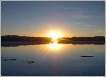 朝日を写す湖面(イメージ)