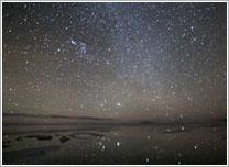星空を写す湖面(イメージ)